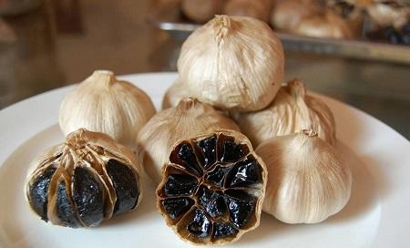 Tỏi đen có màu đen, vị ngọt, không còn mùi cay hăng của tỏi thường và có tác dụng tốt gấp nhiều lần tỏi thường