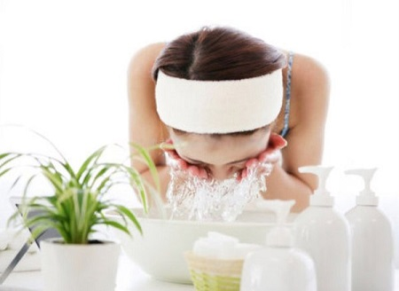 Việc lạm dụng nước muối thường xuyên rất dễ dẫn đến tình trạng da kích ứng da