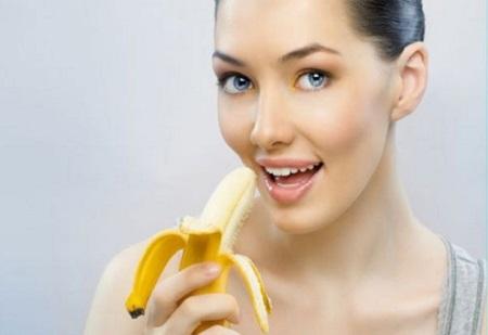 Ăn chuối và uống một ly nước ấm giúp da căng khỏe, mịn màng và ngăn ngừa mụn, vết nám cũng như tàn nhang.