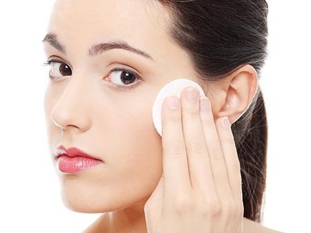 Nước muối là sản phẩm mà các chị em phụ nữa lựa chọn khá nhiều cho bước vệ sinh da