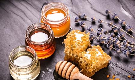 Uống kết hợp mật ong với nước ấm sẽ giúp bạn quên đi cơn đói
