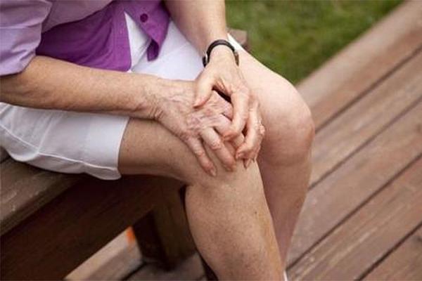 Đau khớp gối là căn bệnh phổ biến, thường xảy ra ở người cao tuổi