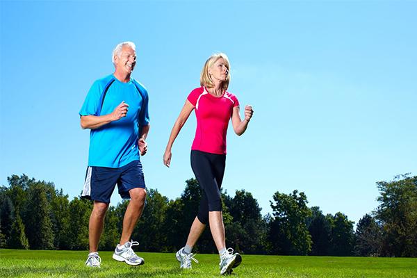 Người bị đau khớp gối nên đi bộ nhẹ nhàng mỗi ngày